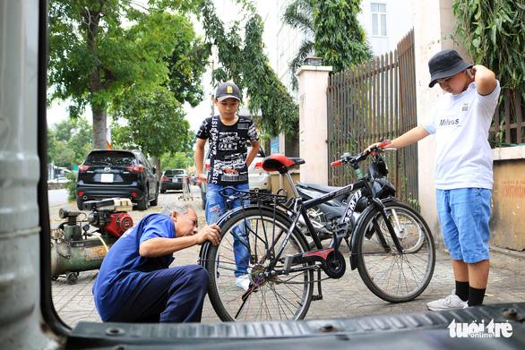 Ôtô 'rađa' cho sạc pin miễn phí kiêm xe cấp cứu cho người đi đường - Ảnh 4.