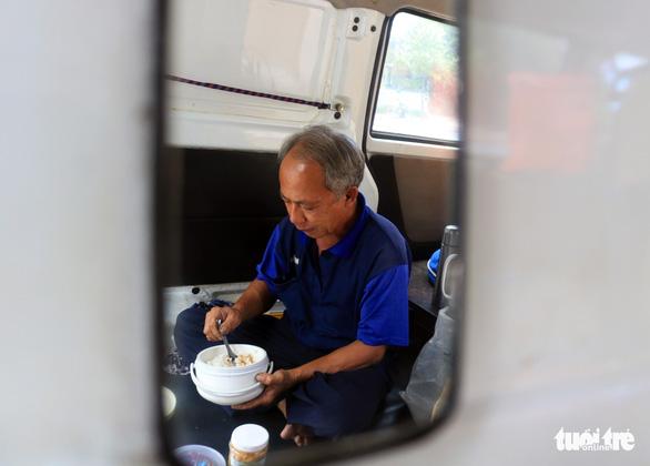 Ôtô 'rađa' cho sạc pin miễn phí kiêm xe cấp cứu cho người đi đường - Ảnh 3.