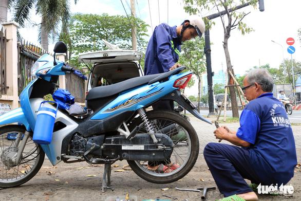 Ôtô 'rađa' cho sạc pin miễn phí kiêm xe cấp cứu cho người đi đường - Ảnh 2.