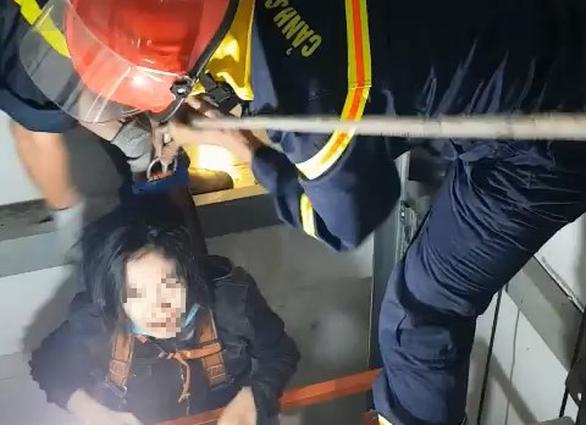 Giải cứu cô gái mắc kẹt trong thang máy bị rơi - Ảnh 2.