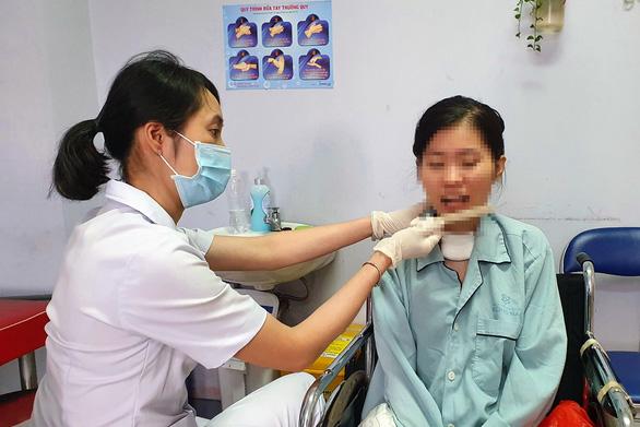 Cô gái ngộ độc patê Minh Chay xuất viện sau hơn 100 ngày điều trị - Ảnh 1.