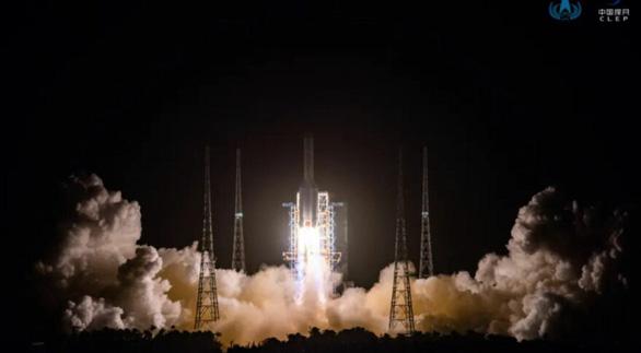 Trung Quốc phóng tàu thu thập đất Mặt trăng - Ảnh 1.