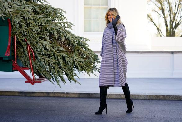 Bà Melania Trump tiếp nhận cây thông Giáng sinh Nhà Trắng 2020 - Ảnh 2.