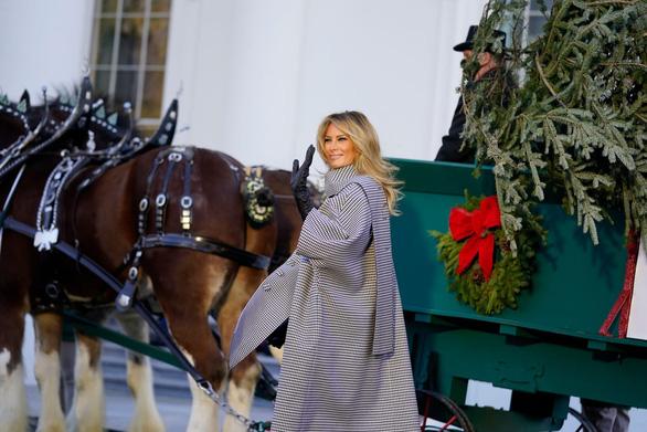 Bà Melania Trump tiếp nhận cây thông Giáng sinh Nhà Trắng 2020 - Ảnh 1.
