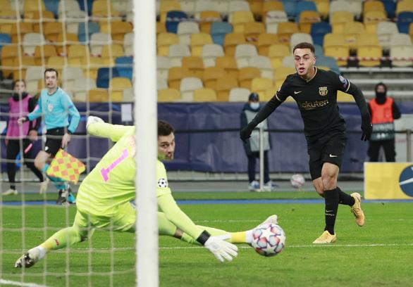 Không Messi, Barcelona vẫn đại thắng và giành vé sớm - Ảnh 1.