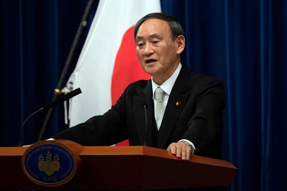 Thủ tướng Suga đối mặt áp lực vì lùm xùm từ thời ông Abe - Ảnh 1.