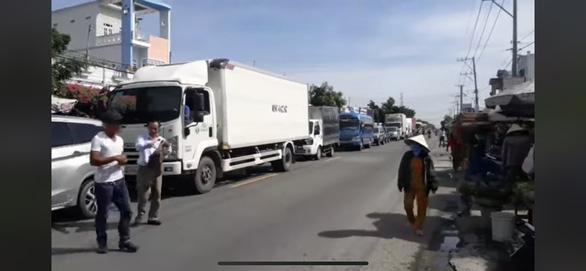 Công an tạm giữ người mang xe chắn ngang quốc lộ 1 gây ùn tắc giao thông - Ảnh 2.