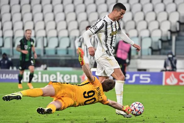 Ghi bàn từ khoảng cách hơn 20 mét, Ronaldo san bằng kỷ lục của Messi - Ảnh 1.