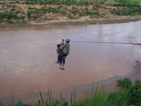Tái diễn người dân liều mình đu dây vượt sông Pô Kô - Ảnh 1.
