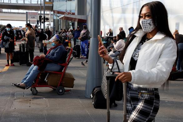 Bất chấp khẩn cầu của nhân viên y tế, người Mỹ đổ về sân bay dịp cuối năm - Ảnh 1.