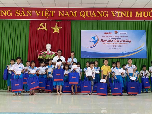 Quà Tiếp sức đến trường đến với học sinh, giáo viên vùng bão lũ Quảng Nam - Ảnh 2.