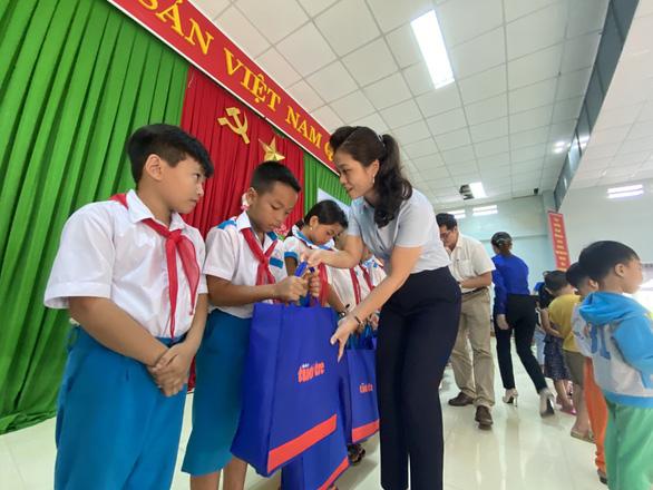 Quà Tiếp sức đến trường đến với học sinh, giáo viên vùng bão lũ Quảng Nam - Ảnh 1.