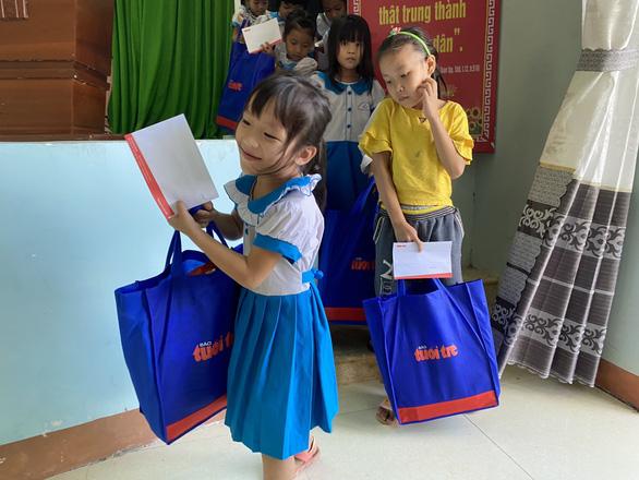 Quà Tiếp sức đến trường đến với học sinh, giáo viên vùng bão lũ Quảng Nam - Ảnh 3.