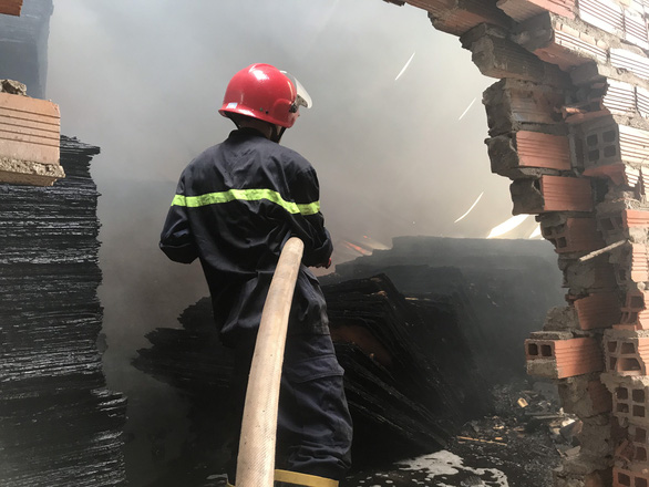 Cảnh sát đục tường để chữa cháy cơ sở sản xuất gỗ - Ảnh 1.