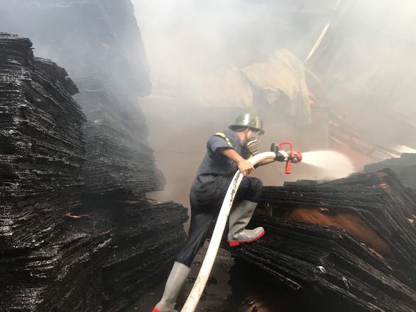 Cảnh sát đục tường để chữa cháy cơ sở sản xuất gỗ - Ảnh 2.