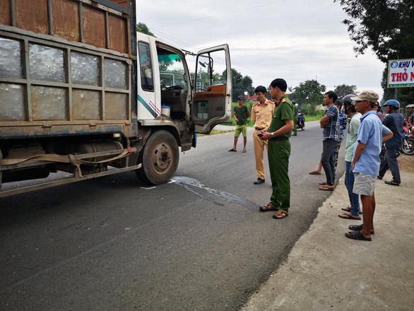 Hai nữ sinh trên đường đến trường bị xe tải cán chết - Ảnh 1.