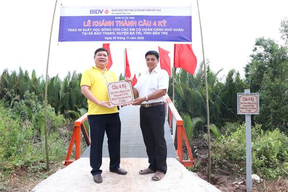 BIDV Chợ Lớn trao học bổng và xây cầu ở Bến Tre - Ảnh 2.