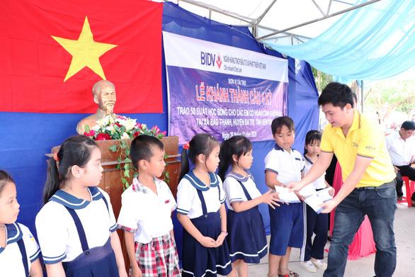 BIDV Chợ Lớn trao học bổng và xây cầu ở Bến Tre - Ảnh 3.