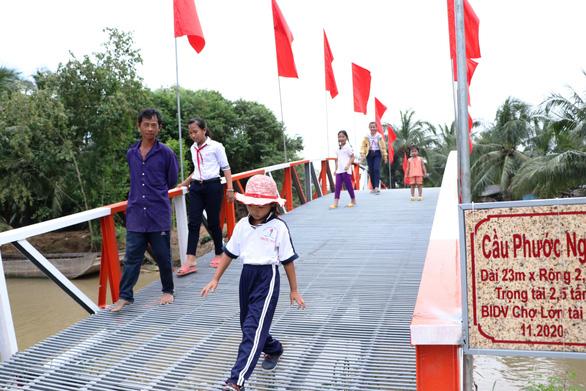BIDV Chợ Lớn trao học bổng và xây cầu ở Bến Tre - Ảnh 4.