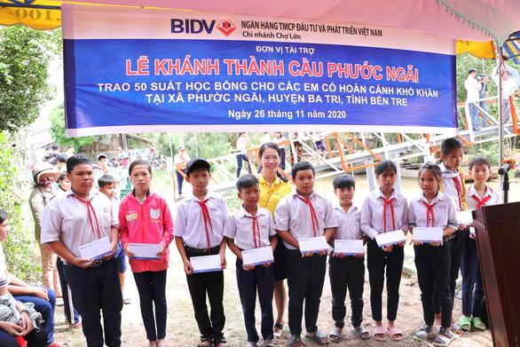 BIDV Chợ Lớn trao học bổng và xây cầu ở Bến Tre - Ảnh 1.