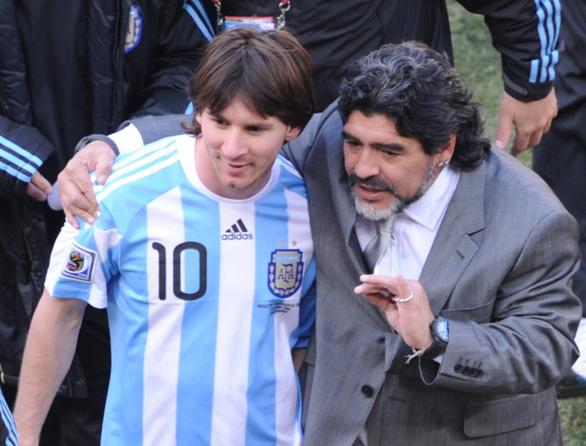 Pele hẹn Maradona chơi bóng ở thiên đường, Messi và thế giới tiếc thương - Ảnh 2.