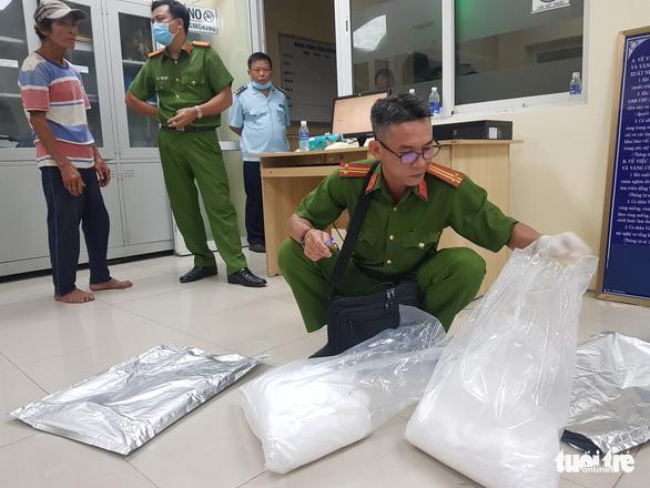 Bắt 3 nghi phạm vận chuyển gần 31kg nghi là ma túy từ Campuchia về Việt Nam - Ảnh 3.