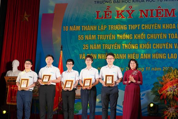 Phó chủ tịch nước trao phần thưởng cho học sinh xuất sắc tại kỳ thi Olympic quốc tế - Ảnh 2.