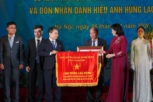 Phó chủ tịch nước trao phần thưởng cho học sinh xuất sắc tại kỳ thi Olympic quốc tế - Ảnh 1.