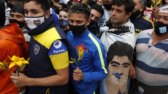 Hàng vạn người xếp hàng vào Phủ tổng thống vĩnh biệt huyền thoại Maradona - Ảnh 1.