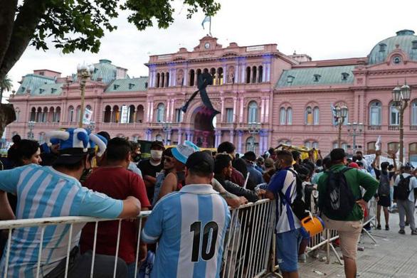 Hàng vạn người xếp hàng vào Phủ tổng thống vĩnh biệt huyền thoại Maradona - Ảnh 2.