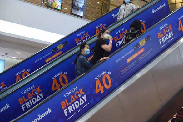 Ùn ùn kéo nhau săn hàng Black Friday: giá giảm không sâu mua vẫn nhiều - Ảnh 14.