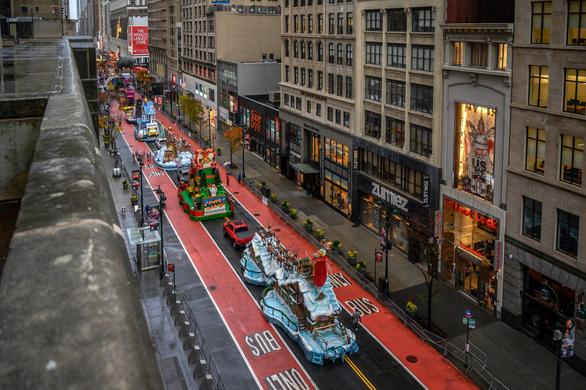 Người New York thưởng thức diễu hành lễ Tạ ơn một cách rất khác - Ảnh 1.