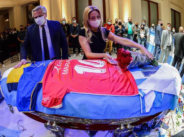 Điểm tin thể thao sáng 27-11: Người đàn ông mất việc vì chụp ảnh khoe khoang bên quan tài Maradona - Ảnh 1.
