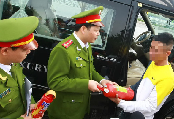 Chính phủ bỏ quy định ôtô dưới 9 chỗ phải lắp bình cứu hỏa - Ảnh 1.