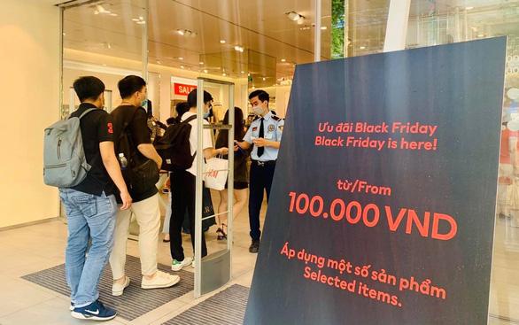 Ùn ùn kéo nhau săn hàng Black Friday: giá giảm không sâu mua vẫn nhiều - Ảnh 8.