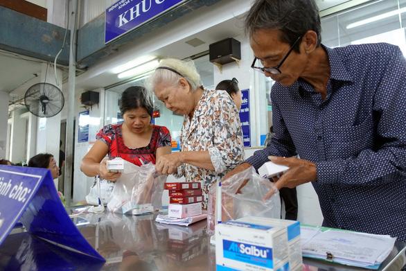 Đề xuất hỗ trợ bảo hiểm y tế cho hơn 400.000 người khó khăn vì COVID-19 - Ảnh 1.