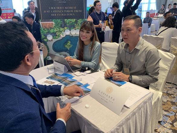 Chợ du lịch miền Trung thu hút hàng ngàn người vào tham quan, mua bán - Ảnh 1.