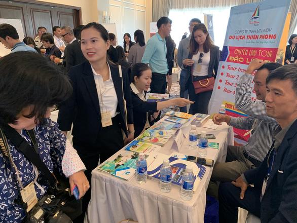 Chợ du lịch miền Trung thu hút hàng ngàn người vào tham quan, mua bán - Ảnh 2.