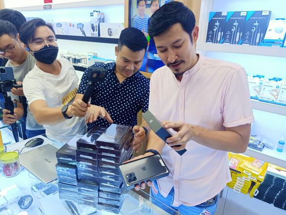 Nửa đêm, hàng trăm khách hàng trẻ đi mua iPhone 12 - Ảnh 1.