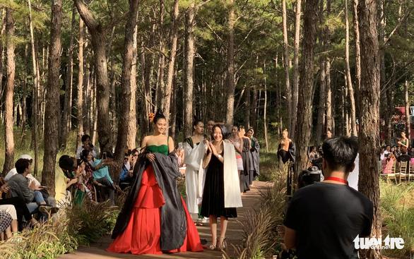 Hoàng Thùy, Thúy Ngân rạng rỡ trong trang phục thổ cẩm giữa rừng thông Đắk Nông - Ảnh 7.