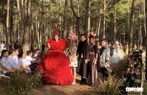 Hoàng Thùy, Thúy Ngân rạng rỡ trong trang phục thổ cẩm giữa rừng thông Đắk Nông - Ảnh 12.