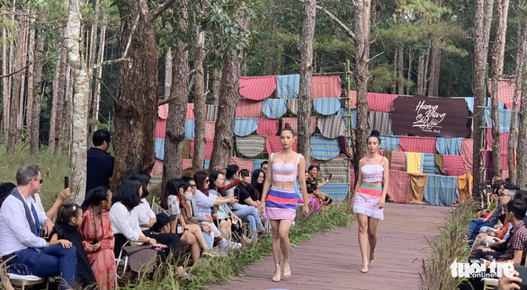 Hoàng Thùy, Thúy Ngân rạng rỡ trong trang phục thổ cẩm giữa rừng thông Đắk Nông - Ảnh 5.