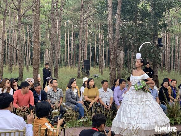 Hoàng Thùy, Thúy Ngân rạng rỡ trong trang phục thổ cẩm giữa rừng thông Đắk Nông - Ảnh 10.