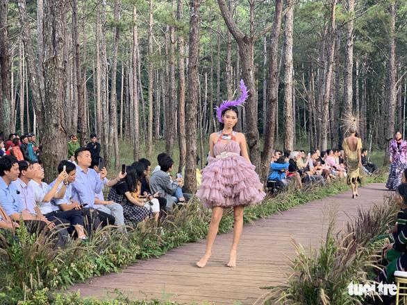 Hoàng Thùy, Thúy Ngân rạng rỡ trong trang phục thổ cẩm giữa rừng thông Đắk Nông - Ảnh 11.
