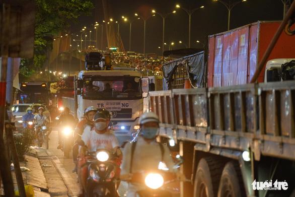 Người xe ùn ứ kéo dài trên cầu vượt ngã ba Huế vì tai nạn giao thông - Ảnh 3.