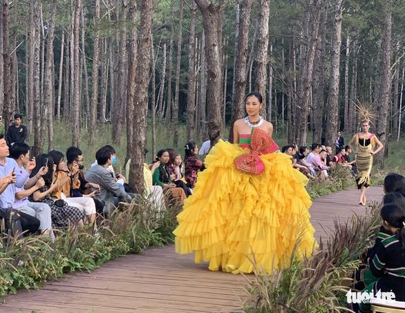 Hoàng Thùy, Thúy Ngân rạng rỡ trong trang phục thổ cẩm giữa rừng thông Đắk Nông - Ảnh 1.