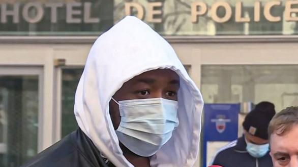 3 cảnh sát Paris bị đình chỉ do đánh đập một người da màu không đeo khẩu trang - Ảnh 1.