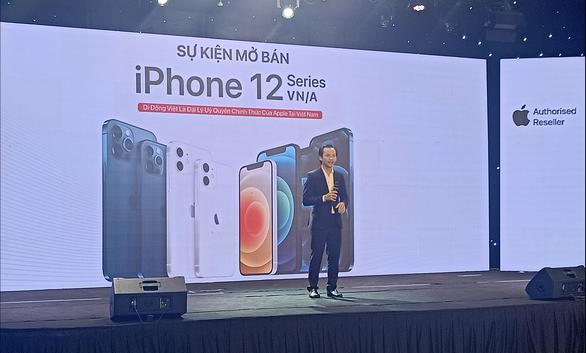 Nửa đêm, hàng trăm khách hàng trẻ đi mua iPhone 12 - Ảnh 2.