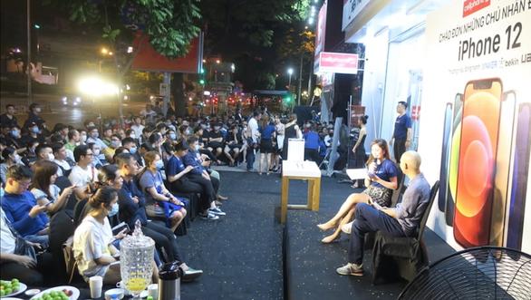 Nửa đêm, hàng trăm khách hàng trẻ đi mua iPhone 12 - Ảnh 4.