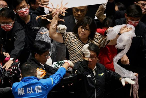 Nghị sĩ ném nội tạng heo bay loạn xạ giữa nghị trường Đài Loan - Ảnh 1.